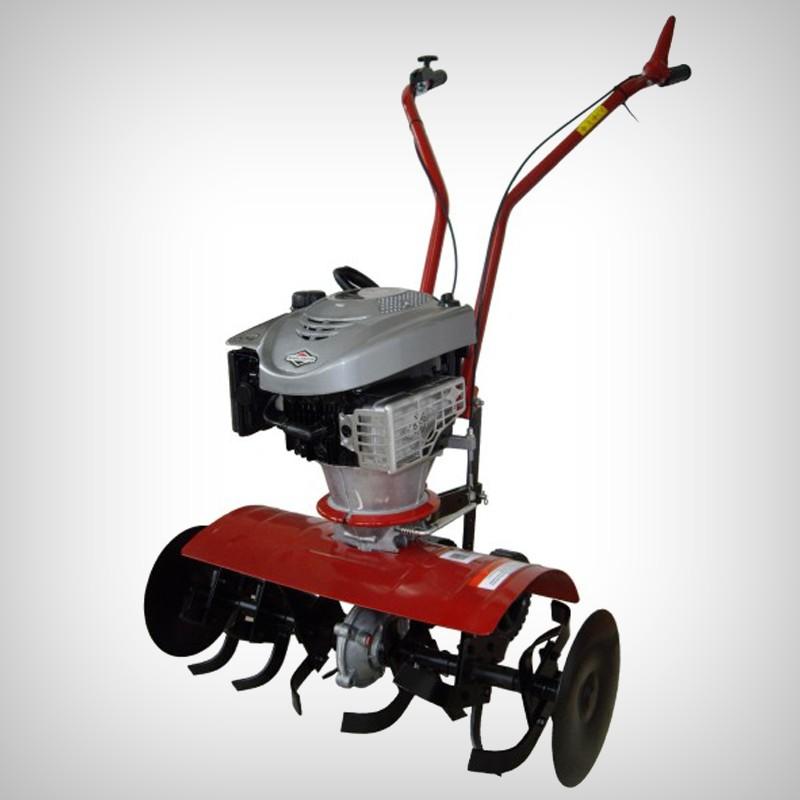 Motosapa QUANTUM 675 FK - Cultivare sol - Motosapa cu motor Briggs Stratton 675 disponibila pe Gardenpedia este un produs simplu de utilizat, cu o manevrabilitate buna, realizat dintr-un material rezistent la trepidatii. Tipul motorului este in patru timpi, puterea acestuia fiind de 2900W. Sistemul de pornire al motorului este un demarator cu sfoara. Volumul rezervorului de benzina este de 1.5L, iar al celui de ulei, de 0.6L. Dimensiunile de lucru sunt de 29/53/77cm, iar adancimea de 220mm. Diametrul frezei este de 310mm, iar aria pe care o poate acoperi aceasta motosapa este de 1500m patrati.nbsp; nbsp;